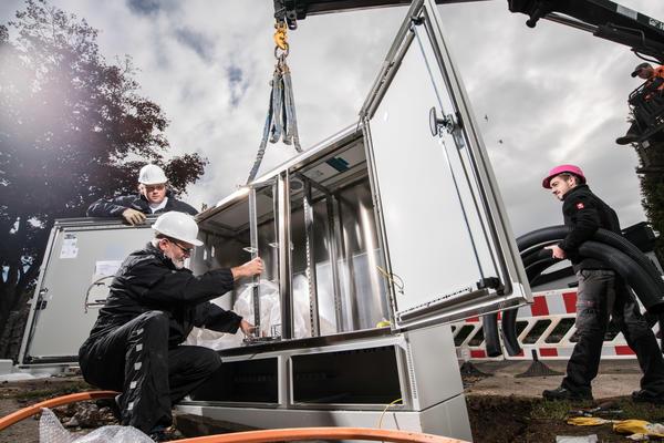Glasfaser- Breitbandausbau bei PTI 22.  In PlÌderhausen am 5.10.2015: Setzen eines MultifunktionsgehÀuses.  Redaktionelle und below-the-line Verwendung erlaubt.